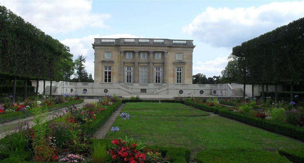 Le Petit Trianon vu des jardins