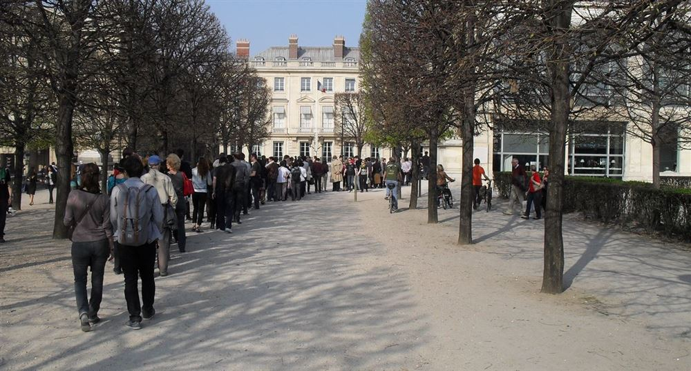 Queue for the Jeu de Paume