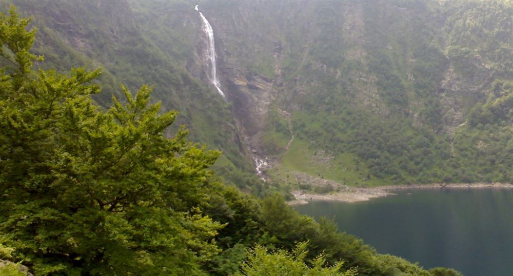 Lake of Oo and waterfall