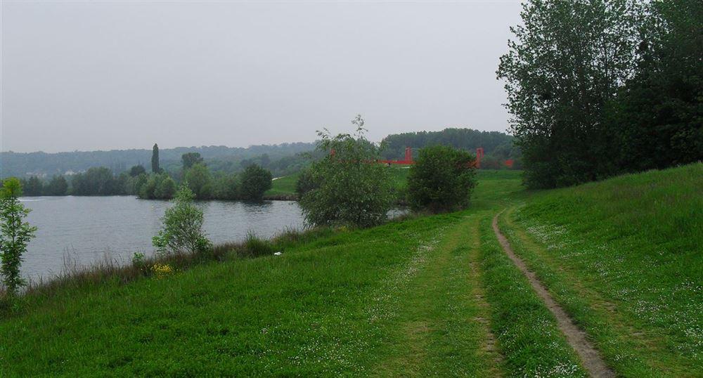 Le chemin autour du lac