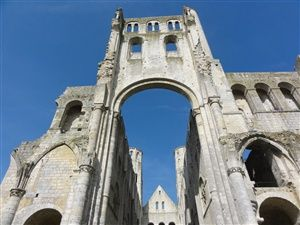 Visiting the most beautiful ruins of France: the Abbey of Jumièges
