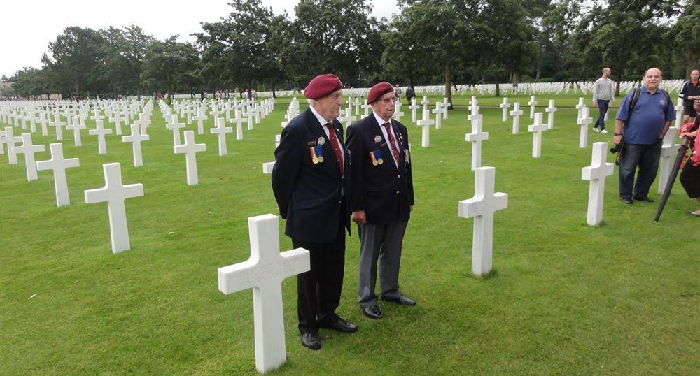 Des vétérans posent devant la tombe des frères Niland.