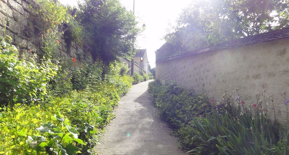 An alley in Auvers-sur-Oise
