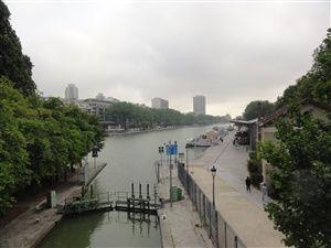 Promenade le long du canal de l'Ourcq en passant par le parc de la Villette.