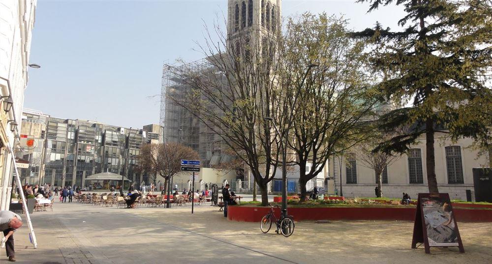 La place devant la basilique de Saint-Denis