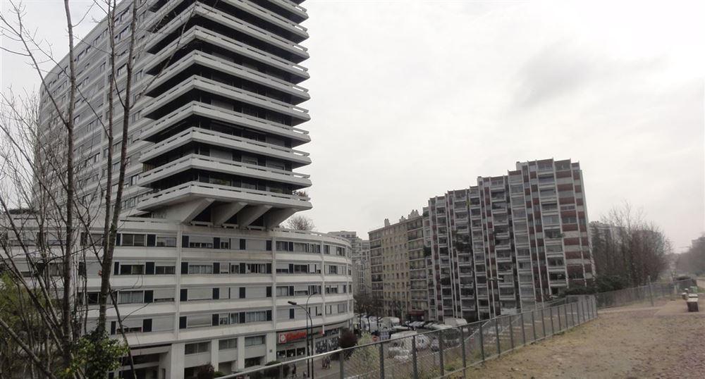 Passage au milieu des immeubles