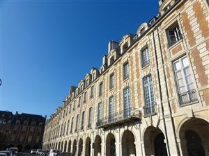 Walk in the neighborhood of the Marais in Paris