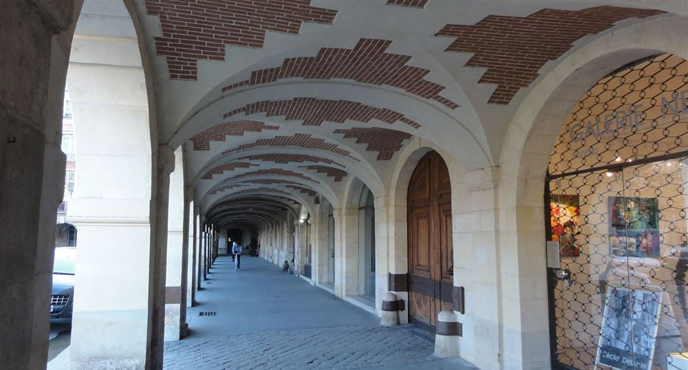 Under the arches of the place des Vosges