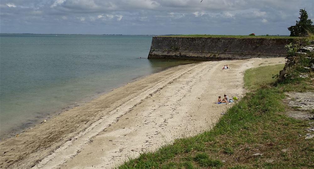 La plage le long de la citadelle