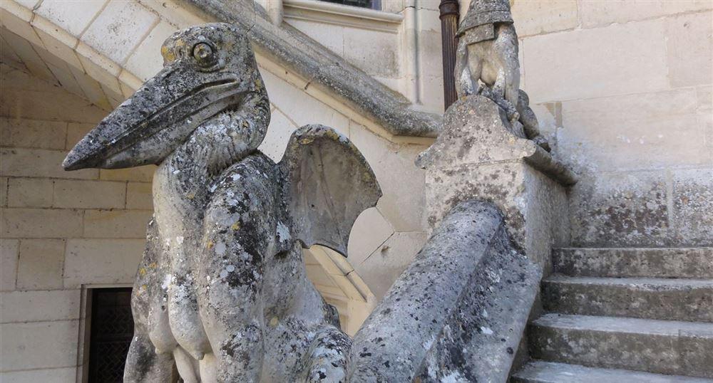 Des statues dans la cour