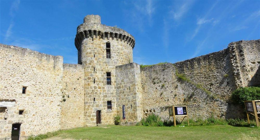 Dans l'enceinte du château de la Madeleine