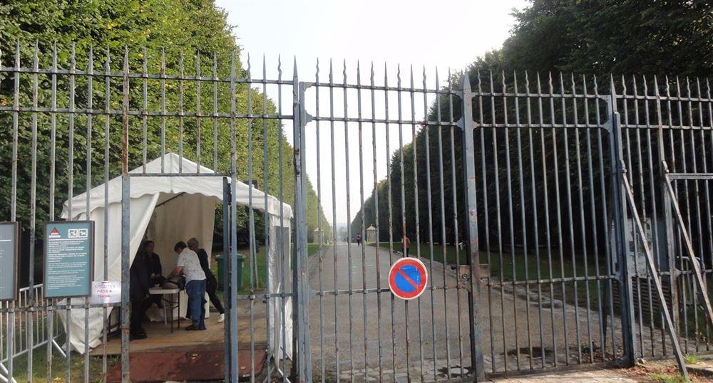 L'entrée par la route de Saint-Cyr