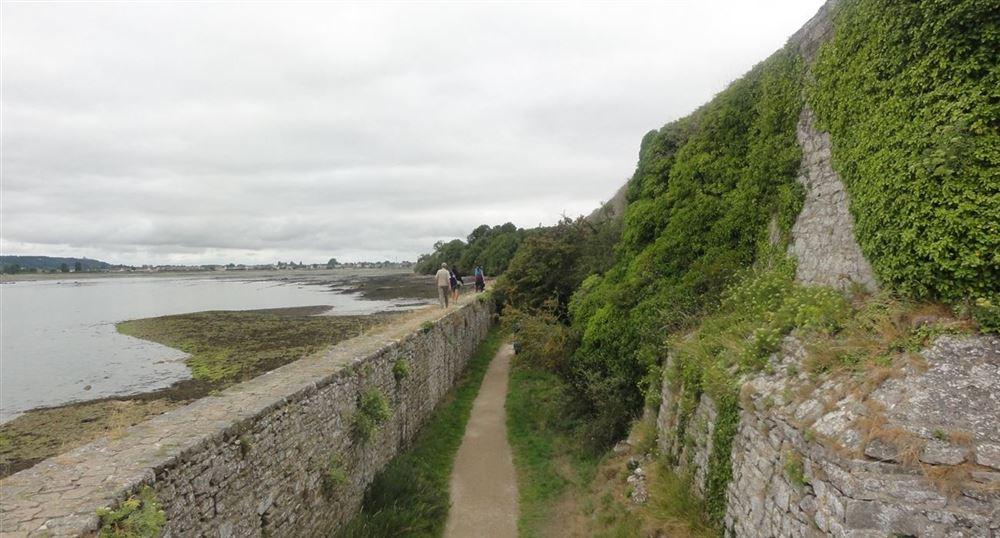 La promenade autour de la tour de la Hougue