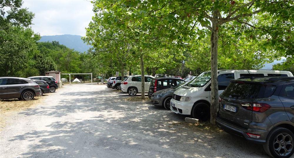 Le parking aux Salles-sur-Verdon
