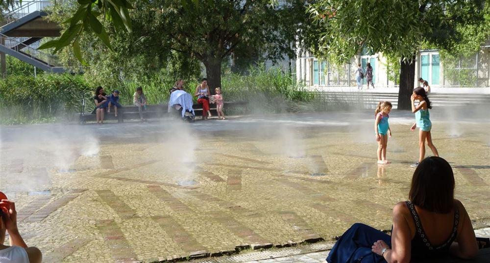 Les brumisateurs dans le parc des Batignolles