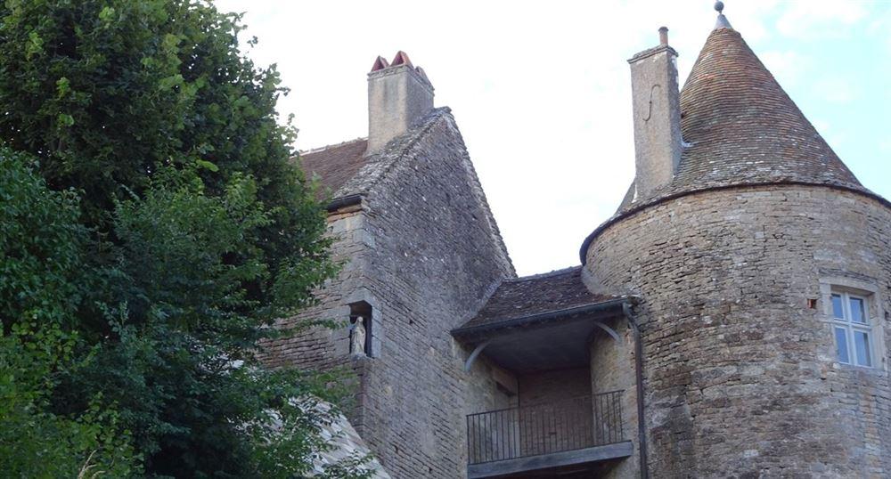 Vue sur le château de Brancion