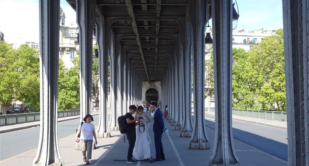 The bride and groom on the Bir-Hakeim Bridge