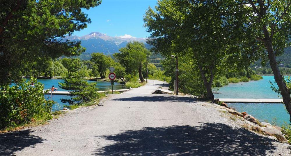 La digue vers le lac de Serre-Ponçon